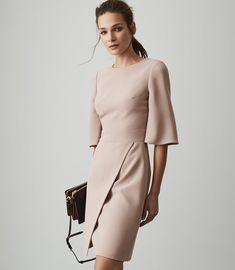 The Myra shift dress in neutral is tailored to a sleeve, crew-neck design with a wrap-front skirt. A chic take on classic workwear, it's sure to make a smart yet stylish impression. Reiss Dresses, Modest Dresses, Nice Dresses, Dresses For Work, Tailored Dresses, Sheath Dresses, Couture Dresses, Fashion Dresses, Workwear Dresses