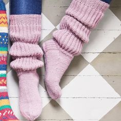 The clutches combine the leggings with the socks - see the instructions! Knitting Charts, Knitting Socks, Knitting Patterns, Slouch Socks, Cozy Socks, Yarn Projects, Knitting Projects, Cheap Yarn, Woolen Socks