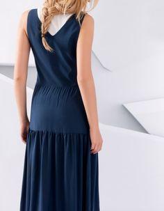 Maxikleid in sehr modischen Form in dieser Saison. silberne Schnallenbefestigung mit klassischem Mechanismus. #maxikleid #blau #silber #schnallenbefestigung #showroomde #sommer #sale #aktion