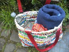 Badetasche aus gehäkelten Plastiktüten