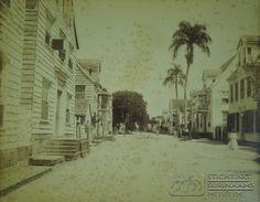 De Gravenstraat in Paramaribo. Datum: Locatie: Gravenstraat, Paramaribo, Suriname Vervaardiger: F.P. de Veer Inv. Nr: 27-156a Fotoarchief Stichting Surinaams Museum