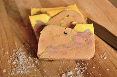 Foie gras is the hypertrophied liver of a goose, duck or goose that has been supercharged. Along with truffles, foie gras is considered one of the most exquisite dishes of world cuisine. It has a deli Canapes, Deli, Truffles, Nom Nom, Main Dishes, Food And Drink, Cheese, Ethnic Recipes, Popular Pins