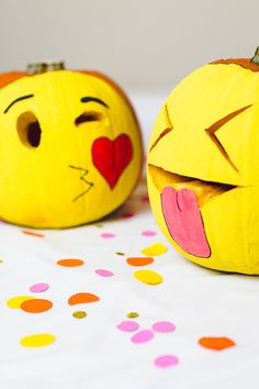 How cool are these DIY Emoji pumpkins! Try this easy tutorial for halloween! No carve, great for kids!