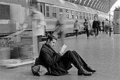 "hauntedbystorytelling: "" Ferdinando Scianna :: Man reading, waiting at Central Station, Milan, 1997 / more [+] by this photographer related image, here "" People Reading, Book People, Love Reading, Reading Books, Reading Club, Reading Lists, Guys Read, How To Read People, Magnum Photos"