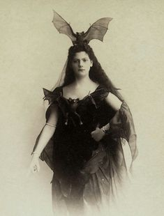 Bat Queen Not a bad idea for Halloween outfit what do you think? Regran_ed from great guys Retro Horror, Vintage Horror, Victorian Halloween, Vintage Halloween, Happy Halloween, Victorian Vampire, Halloween Table, Bat Costume, Halloween Costumes