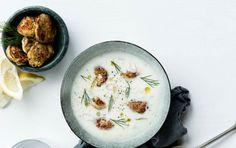 Opskrift på blomkålssuppe med sprøde  crabcakes og friske krydderurter
