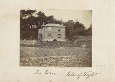 Anonymous | Landhuis met een stenen muur en trap in Seaview op het Isle of Wight, Anonymous, c. 1860 - c. 1870 | Onderdeel van Engels familiealbum met foto's van personen, reizen, cricket en kunstwerken.