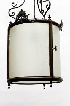 Erg fraaie ganglamp / hallamp uit het begin van de vorige eeuw, zo rond 1910. Het is een vrij forse lamp, met aan alle kanten (mat)glas, dus ook onder en boven. De gloeilamp kun je vervangen door het deurtje open te doen (op een van de foto's is de greep van het deurtje vastgelegd). De hoogte kan worden aangepast door eventueel wat schakels uit de ketting te halen.