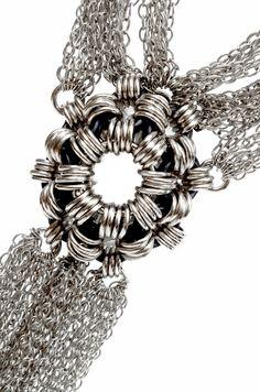 Collar con cadenas de Ingrid K. de Bonstetten