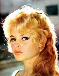 Brigitte Bardot was the sex kitten of the European cinema. She was every man's idea of the girl he'd like to meet in Paris Bridget Bardot, Brigitte Bardot, Sophia Loren, Hollywood Glamour, Classic Hollywood, Bardot Hair, Ann Margret, Actrices Hollywood, Marlene Dietrich