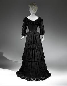 3. Mourning Dress, 1902-1904 http://hautemacabre.com/2014/10/death-becomes-her-victorian-mourning-at-the-met/