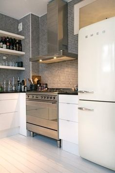 Witte kastjes met witte vloer + strakke (SMEG) koelkast.