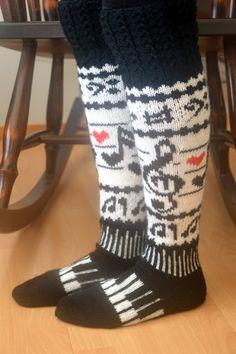 KARDEMUMMAN TALO: Musiikillista menoa Crochet Socks, Knitted Slippers, Wool Socks, Knit Mittens, Knitted Blankets, Knitting Socks, Crochet Clothes, Hand Knitting, Knit Crochet