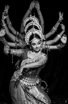 Odissi performance by Sujata Mohapatra. The dance featured is Mangalacharan (Gan… Odissi performance by Sujata Mohapatra. The dance featured is Mangalacharan (Ganesha Vandana) Bollywood, Yoga Studio Design, Indian Classical Dance, Belly Dancing Classes, Tribal Dance, Folk Dance, Dance Poses, Foto Art, Tribal Fusion