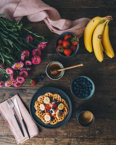 In our house, we almost never run out of fruits, esp. bananas. Banana to me is like a all-purpose fruit. You can eat it raw, mesh it, cook it, add it to smoothie, as toppings on toasts and waffles, bake it in the bread... The choices are just endless. Partnering with Del Monte Fresh, I am