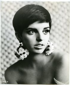 Liza Minelli. I've said it before and will doubtless repeat myself but what a shame we have to grow old and disintegrate. Liza from her salad days.