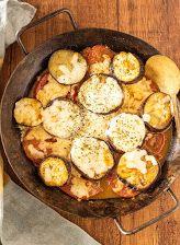 【もてなしオトコメシ】この夏食べたいらくうまレシピ「茄子とトマトのチーズ焼き」   TRILL【トリル】 Iron Pan, Sprouts, Chicken, Meat, Vegetables, Kitchen, Food, Drink, Cooking
