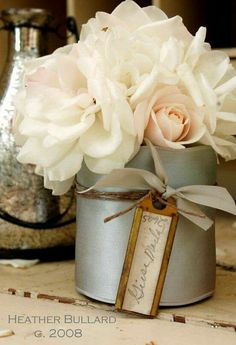 Pretty centerpieces, lovet he tag hanging My Flower, Fresh Flowers, Beautiful Flowers, Pretty Roses, Flowers Vase, Romantic Flowers, Elegant Flowers, Table Flowers, Beautiful Life