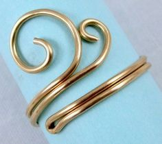 Easy Folded Wire Ring Tutorial - This is a jewelry how-to, but wouldn't they be great as napkin rings? #wireringsdesigns
