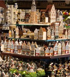 Had a visitor weeks ago, who was keen to do some souvenir shopping. Bit kitsch but kinda nice too. German Houses, Miniature Houses, Amsterdam Souvenirs, Amsterdam Houses, Van Gogh Museum, Ceramic Houses, Delft, Little Houses, European Travel