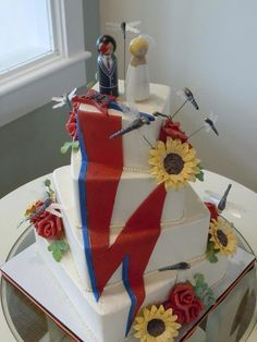 The daisies, roses, and dragon flies are so damn tacky, why would you ruin a perfectly kickass cake like that? Star Wedding, Dream Wedding, David Bowie Birthday, Cake Eater, David Bowie Art, Wedding Cakes With Flowers, Cake Art, Wedding Cake Toppers, Eat Cake