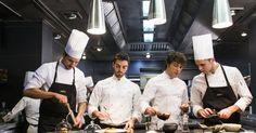 """Las nuevas tres estrellas Michelin 2018 van este año a Barcelona y al Puerto de Santa María (Cádiz). Los restaurantes ABaC, del televisivo Jordi Cruz, y Aponiente,del llamado chef del mar Ángel León, han conseguido el máximo galardón de la famosa guía de los neumáticos, el que destaca """"una cocina única que justifica el viaje"""". Con estos ya son 11 los restaurantes triestrellados: Akelaŕe, Arzak, Azurmendi, DiverXO, El Celler de Can Roca, Lasarte, Martín Berasategui, Quique Dacosta y Sant Pau."""