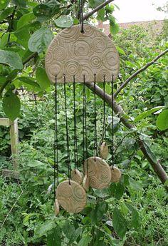 Ik ben echt genieten van het maken van wat hopelijk de eerste van vele keramische wind klokkenspel, de meeste zijn ontworpen met het platteland rondom ons hier in de fens in gedachten, en mijn liefde voor Keltische ontwerpen. Zoals de meesten van u weten dat ik hou van zeer rustieke op zoek stukken, zijn waarvan de meeste geglazuurd in mijn eigen kleuren, kleuren ook gemaakt met de natuur in het achterhoofd. Deze wind klokkenspel zijn ideaal voor elke tuin en de keramische vormen geven een…