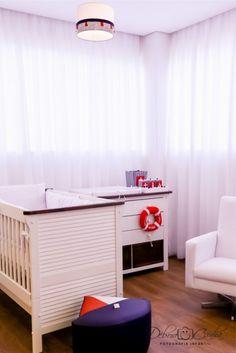 quarto de bebê náutico marinheiro com cômoda e lustre tema marinheiro na cor azul, vermelho e branco