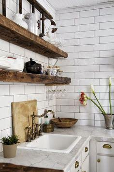 płytka glazurowana a`la biala cegła,dębowe półki i kamienny balt w aranzacji białej kuchni