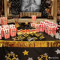 Hollywood Party Ideas for the Oscars - Party City Hollywood Glamour Party, Old Hollywood Theme, Hollywood Star, Vintage Hollywood, Movie Theater Party, Movie Night Party, Movie Nights, Cinema Party, Oscar Party