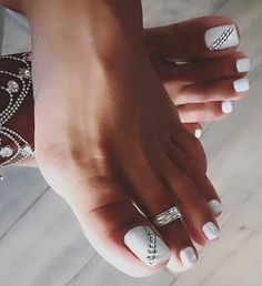 Semi-permanent varnish, false nails, patches: which manicure to choose? - My Nails Toe Nail Color, Toe Nail Art, Nail Colors, White Toe Nail Polish, Sexy Nail Art, Black Nail, Pretty Toe Nails, Cute Toe Nails, Pretty Toes
