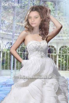 vestido de novia con falda de volantes y cuerpo de pedrería
