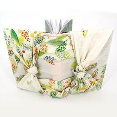 """Furushiki - die Kunst des Umhüllens mit Stofftüchern. Unter dem Motto """"reduce, reuse, recycle"""" leben die Japaner schon seit Jahrhunderten. Mit wachsenden Umweltbewusstsein erobert diese Kunstform die ganze Welt.  buntherum steht für achtsames Kaufen und kreatives Schenken!"""