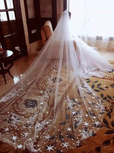 Twinkle your way down the aisle in this veil! Via DH Gate