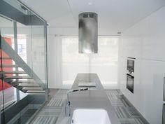 #Cocina culminada con #estores enrollables. Limpieza visual, pulcritud y eficacia en este tipo de decoración #minimalista.