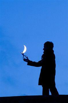 Image: Cutting the moon (© Laurent Laveder, www.pixheaven.net)