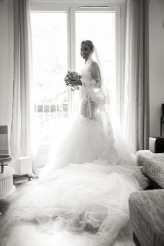 original wedding dress// robe de mariée ; flower//fleurs ; skiss ; bouquet ; at the window ; lace // dentelle ; smile//sourire ; black & white photo// photo noir & blanc ; bride// mariée ; wedding photo  ; happy// joie  http://www.skiss.fr/