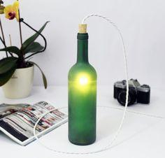 Innovative Lampe aus dunkelgrüner Weinflasche. Entdeckt bei Etsy.