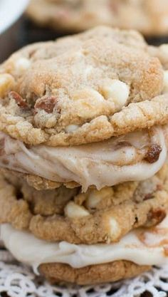 You haven't lived until you've had these cinnamon roll cookies. You don't have to spend hours making cinnamon rolls, just make cookies. Cinnamon Roll Cookies, Yummy Cookies, Pavlova, Köstliche Desserts, Dessert Recipes, Baking Recipes, Cookie Recipes, Cake Candy, Cupcakes