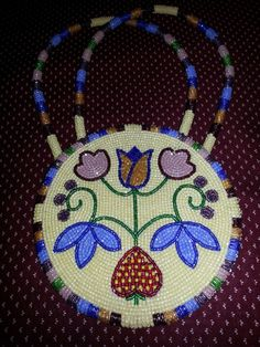 A pretty beaded ladies hand bag. Native American Regalia, Native American Beadwork, Beaded Purses, Beaded Bags, Beaded Necklaces, Loom Beading, Beading Patterns, Floral Patterns, Book Purse