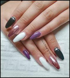 Unhas de gel preto, violeta, branco e pigmento rose gold
