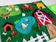 Artículos similares a Tema de granja juego tranquilo, estera del juego de fieltro, con figuras de animales, juguete de viaje en Etsy