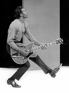 Chuck Berry- the originator of rock and roll! John Lennon, Rock And Roll, Pop Rock, Music Rock, Pop Music, Blues Rock, Rockabilly, Charles Edward, Johnny B Goode