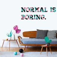 Original vinilo decorativo de pared con la frase normal is boring. Un texto de vinilo
