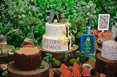 Além do bolo cenográfico, a mesa principal da festa ganhou dois bolos de corte com massa de chocolate e recheio de trufa de chocolate meio amargo, o sabor preferido do aniversariante. A decoração de um dos bolos lembrava um tronco de árvore. Troncos verdadeiros foram usados como suportes