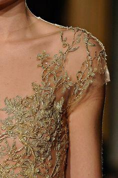 tinaschoices:  Marchesa Fonte: tinaschoices  #detalhe #moda #cor dourado