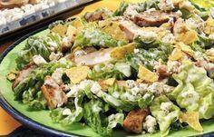 """Σαλάτα του """"Καίσαρα"""" ! Μια συνταγή για τη φημισμένη πολύ νόστιμη σαλάτα, που την απολαμβάνετε και σαν γεύμα ή δείπνο. Υλικά συνταγής 1 μαρούλι χονδροκομένο 4 κρεμμυδάκια φρέσκα 2 στήθη κοτόπουλου [500-600 γρ.] 5 φέτες μπέϊκον καπνιστό 3 κ.γ. μαϊντανός ψιλοκομμένος 2 σκελίδες"""