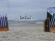 'Am Strand von Norderney mit Blick zur Fähre' aus dem Reiseblog 'Ein Kurztrip nach Norderney für die ganze Familie'