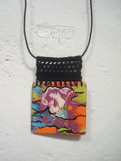 Collar de crochet con pieza de madera pintada y hecha a mano. http://calpearts.blogspot.com.es/p/colgantes.html
