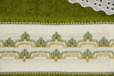 Jogo de toalhas Bordada em fita Cor da verde. Conjunto contém: - uma toalha de banho (dimensões 65cm x 1,42m) - uma toalha rosto (dimensões 47cm x80)